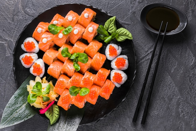 Суши блюдо в азиатском ресторане Бесплатные Фотографии