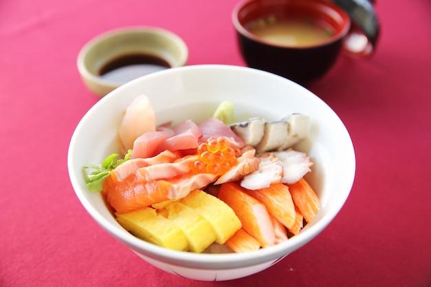 Суши дон, сырой лосось, тунец, осьминог на рисе