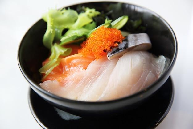 Суши дон, сырой лосось с тунцом на рисе