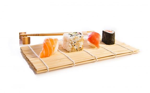 흰색 배경 위에 스시 음식