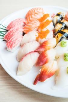 Суши в белой тарелке