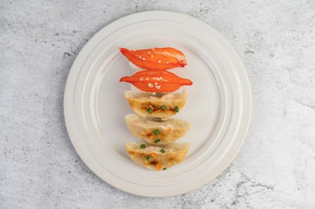 Суши прекрасно расположены на тарелке.