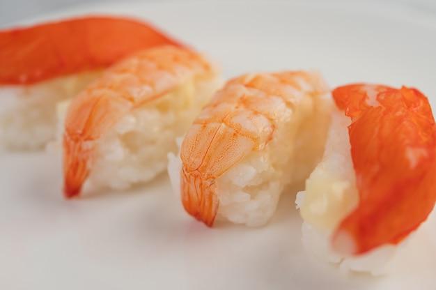 Il sushi è ben organizzato sul piatto.