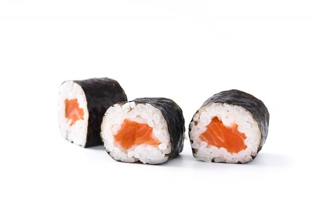 白い表面に分離された寿司