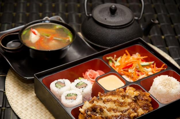 Суши-ланч с супом, салатом, чаем и соусом