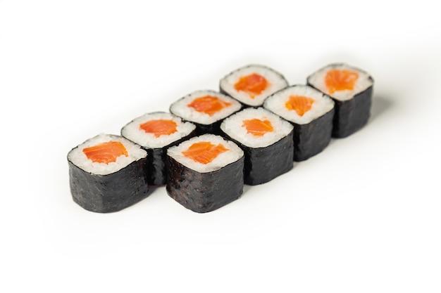 白い皿に寿司マキ。
