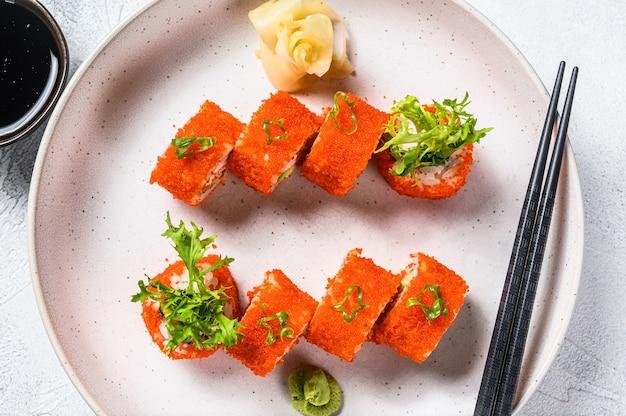 アボカドとエビの肉が入った寿司巻き