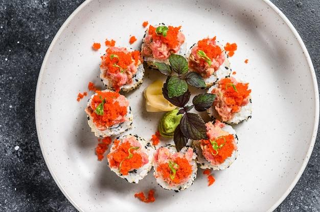 マグロ、サーモン、キャビアの寿司巻き巻き