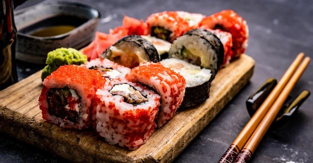 Суши маки сет японская азиатская пищевая композиция с рисом и морепродуктами в соответствии с традициями