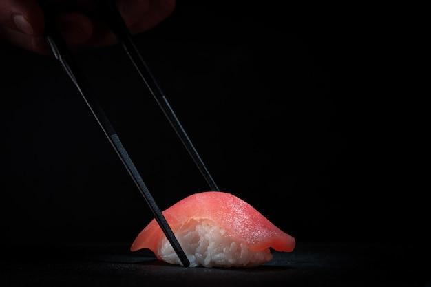 Суши нигири с тунцом и палочками для еды