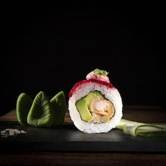 プレート暗い食べ物写真スタイルの寿司