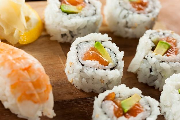 アボカドと皿の上の寿司