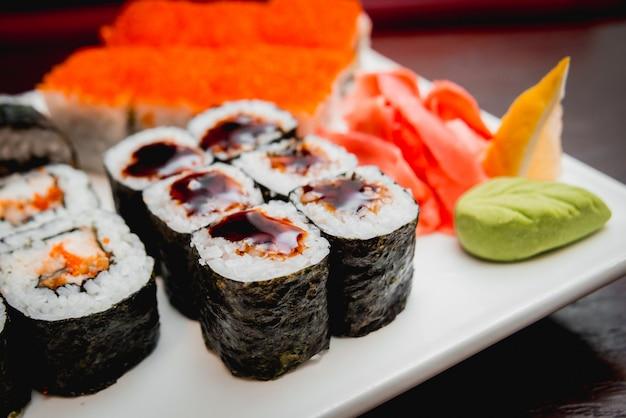 白い皿の上の寿司。ロールズ。レストラン