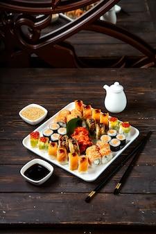 Piatto di sushi con vari tipi di sushi