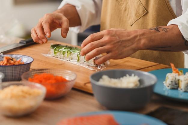 초밥 준비는 채식주의 롤 채식주의 자 메뉴를 압연 남성 족장 손에 가까이