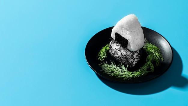 Суши рис на черной тарелке с копией пространства
