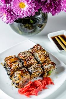 Роли суши японская вкусная еда на тарелке