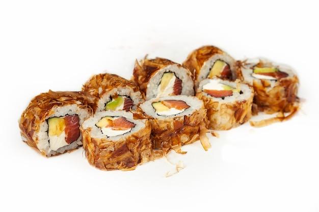 白い背景の上のスモークサーモンと寿司ロールカツオ