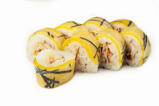 Суши-ролл в рисовой бумаге с угрем на белом фоне
