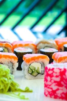 레스토랑에서 스시 롤 일본 음식입니다. 세로 사진