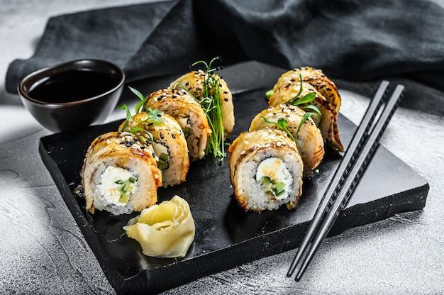 Суши-ролл, маки суши с копченым угрем и огурцом