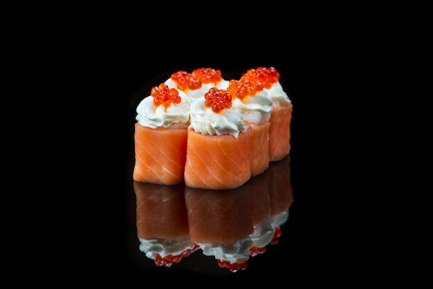 Суши-ролл на черном фоне отражение японская еда крупным планом