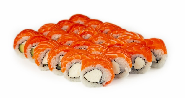 ハーブで飾られたアボカドの寿司ロールフィラデルフィア、古典的な日本の寿司。マキと伝統的な日本食。