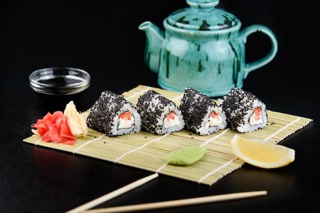 Суши-ролл с морепродуктами. доставка суши из ресторана. свежие вкусные японские суши с авокадо, огурцом, креветками и икрой