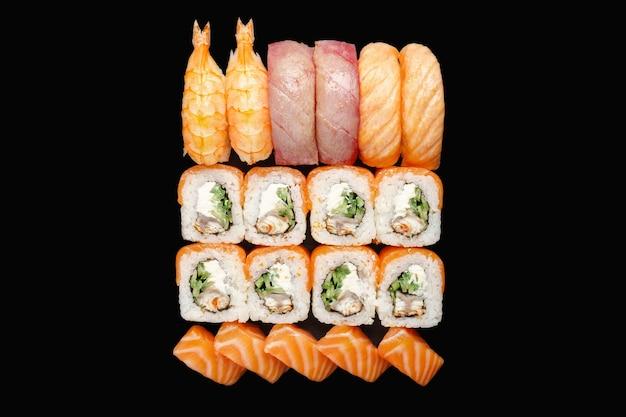 Суши-ролл с лососем, угрем, сыром филадельфия, красной икрой, икрой тобико, огурцом, чукой