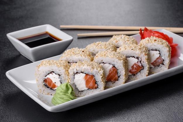 새우, 아보카도, 크림 치즈, 참깨가 들어간 스시 롤 스시. 스시 메뉴. 일본 음식