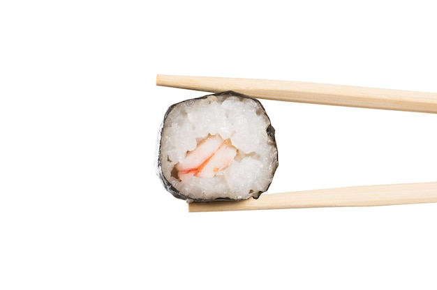 白に分離された箸で巻き寿司