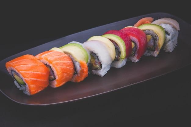 サーモンや他の魚と一緒に巻き寿司。