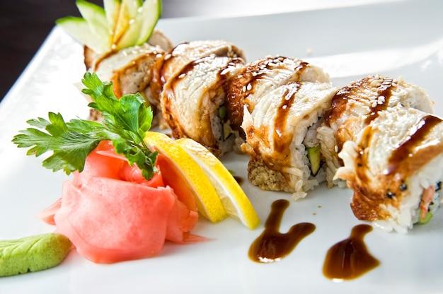 サーモンとエビの天ぷらの巻き寿司。