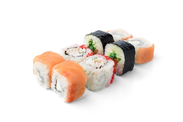 스시 롤 구색 흰색 배경에 고립입니다. 마키 캘리포니아 롤. 일본 음식.