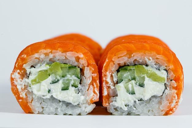 新鮮なサーモンとクリームチーズを使った定番の巻き寿司。日本の伝統的な食べ物