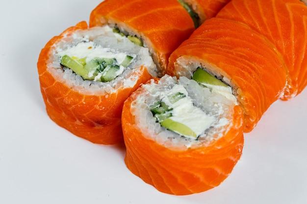 신선한 연어와 크림 치즈를 곁들인 스시 롤 클래식. 일본 전통 음식