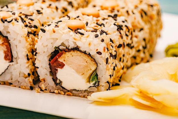 스시 롤, 닫습니다. 마키 스시 롤 일본 음식 롤. 일본 쌀 해산물 식사 마키