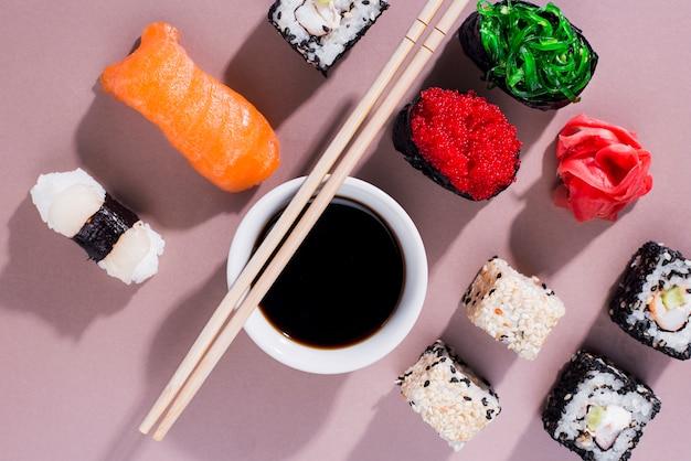 テーブルの上の寿司の日の巻き寿司