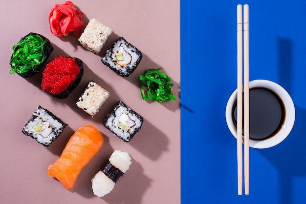 Суши роллы на суши день с соевым соусом