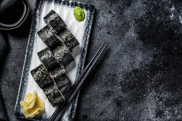 Суши роллы с хосомаки с лососем, авокадо и тунцом. вид сверху. копировать пространство