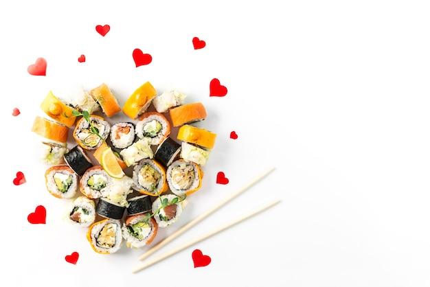 Суши-роллы в форме сердца на белом фоне, день святого валентина.