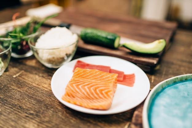 Суши катит ингредиенты на деревянном столе, никто, традиционная японская еда.