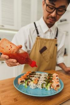 스시 롤 만드는 과정에서 요리사 손에 가까이