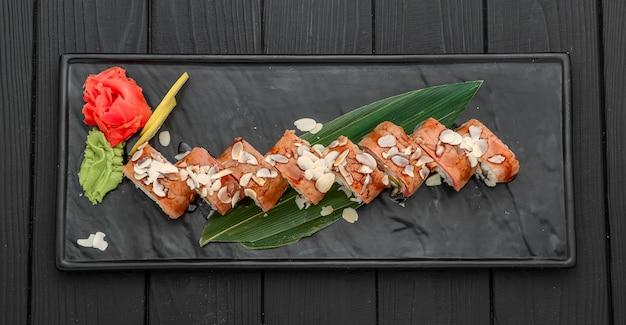 巻き寿司、にぎり、生鮭、生姜漬けアジア料理ディナー
