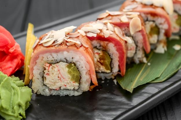 Суши-роллы, нигири, сырой лосось, маринованный имбирь азиатская кухня ужин