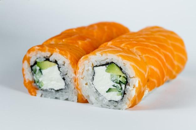 寿司は、新鮮なサーモンとクリームチーズを使ったフィラデルフィアの定番巻き寿司です。日本の伝統的な食べ物