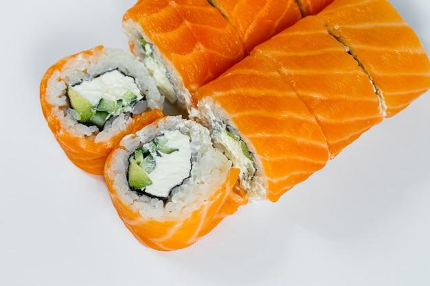 스시는 신선한 연어와 크림 치즈를 곁들인 필라델피아 클래식 롤입니다. 일본 전통 음식