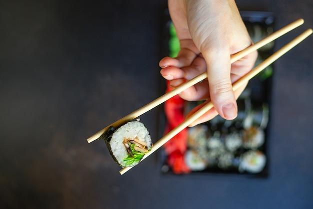 寿司ロールサーモンフィッシュフライング魚卵野菜