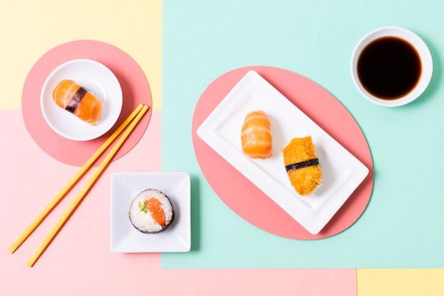 Involtini di sushi serviti con soia