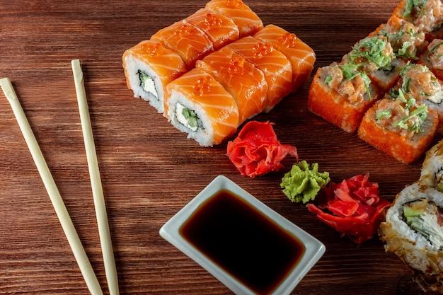 Набор суши-роллов с лососем и угрем